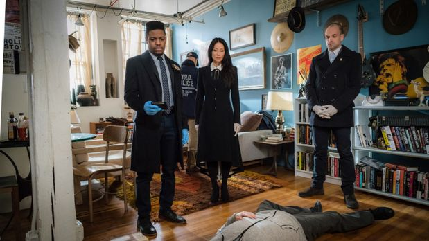 Detective Bell (Jon Michael Hill, l.), Watson (Lucy Liu, M.) und Holmes (Jonn...