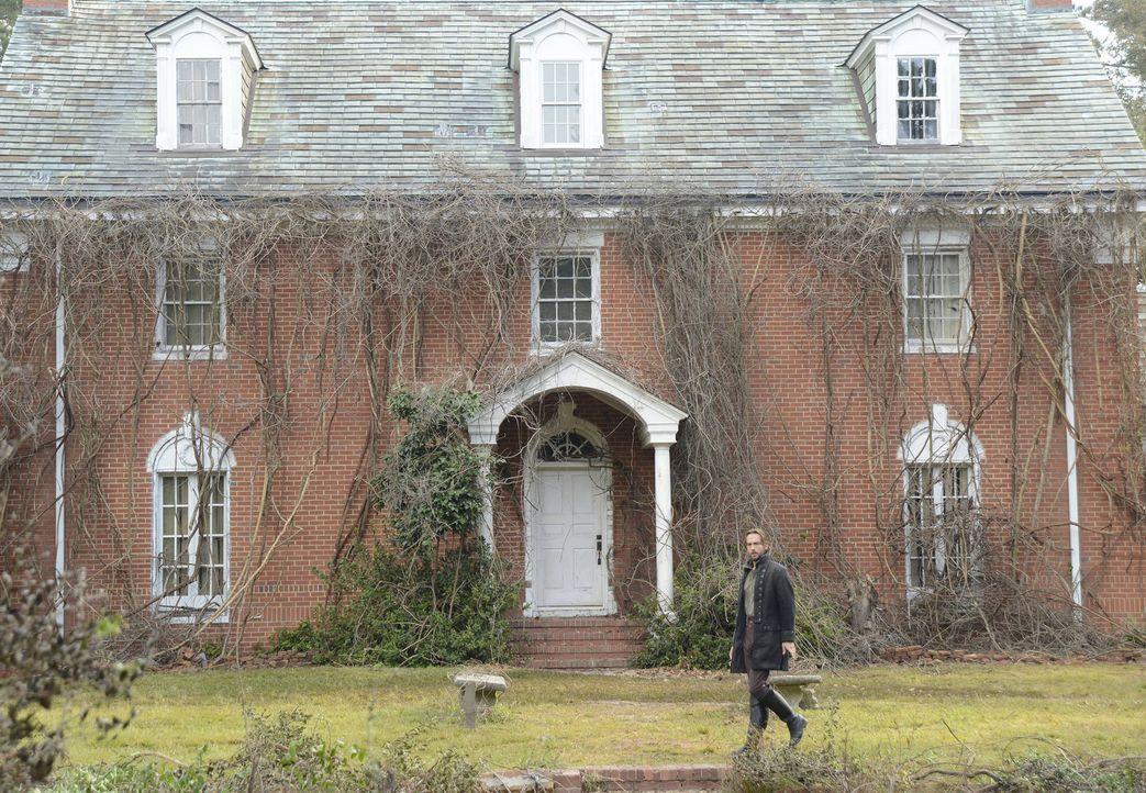 Auf der Suche nach einer vermissten Person gelangt Ichabod (Tom Mison) zu einem Haus aus der Kolonialzeit, das Geheimnisse aus seiner Vergangenheit... - Bildquelle: 2013 Twentieth Century Fox Film Corporation. All rights reserved.