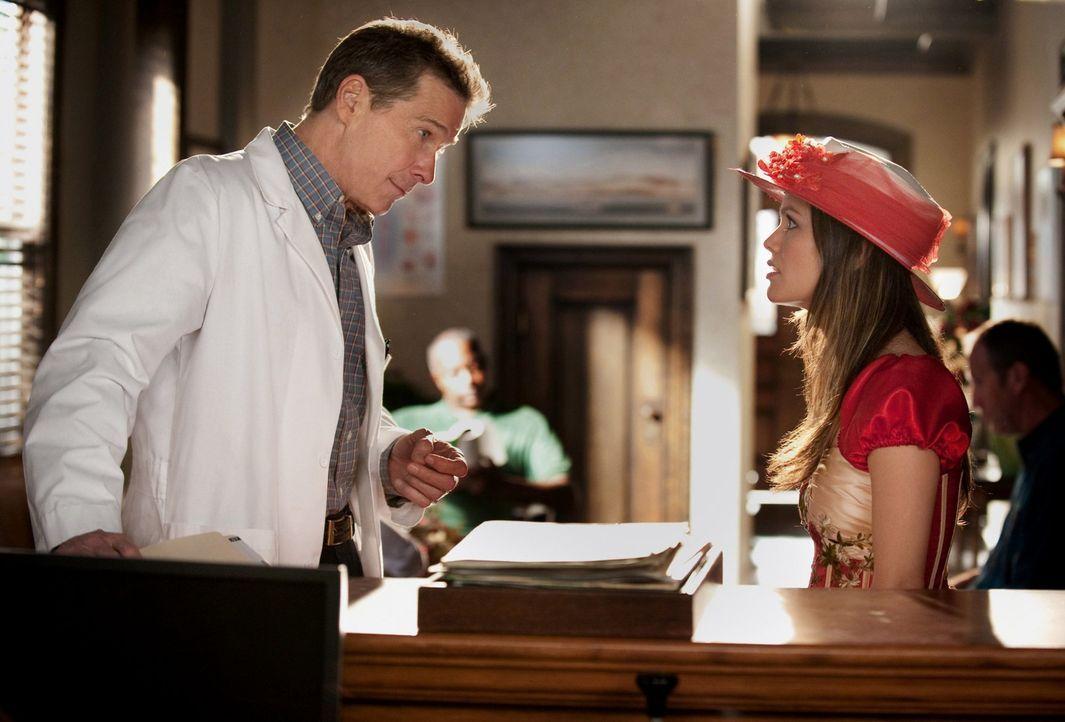 """Auch an Dr. Brick Breeland (Tim Matheson, l.) geht nicht vorüber, dass Dr. Zoe Hart (Rachel Bilson, r.) eine echte """"Bluebell Belle"""" werden will ... - Bildquelle: Warner Bros."""