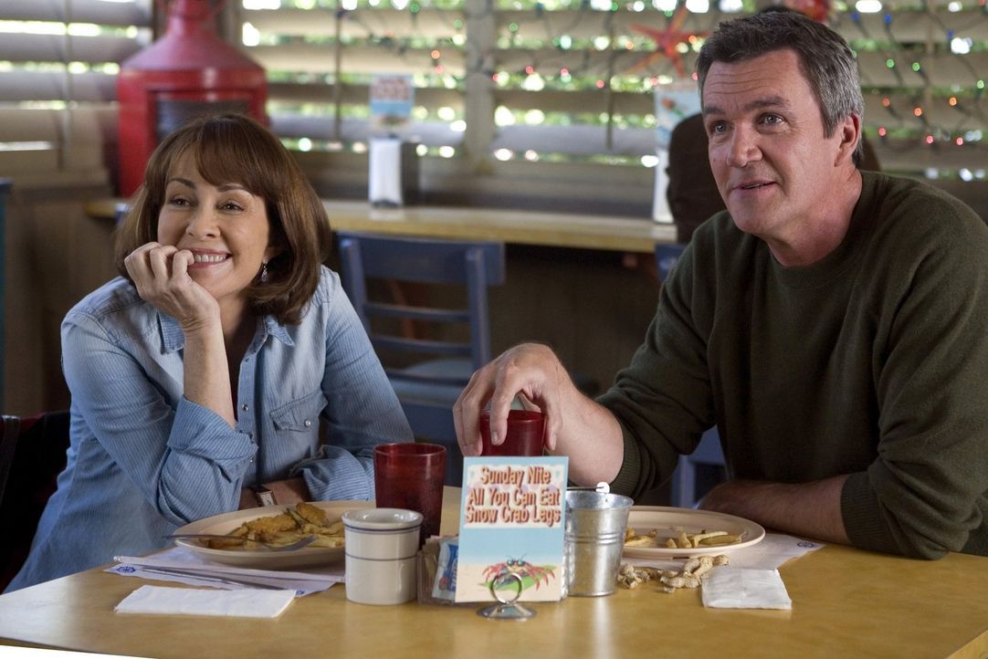 Um Frankie (Patricia Heaton, l.) zu entlasten, übernimmt Mike (Neil Flynn, r.) die Vorbereitungen für das familiäre Weihnachtsfest ... - Bildquelle: Warner Brothers