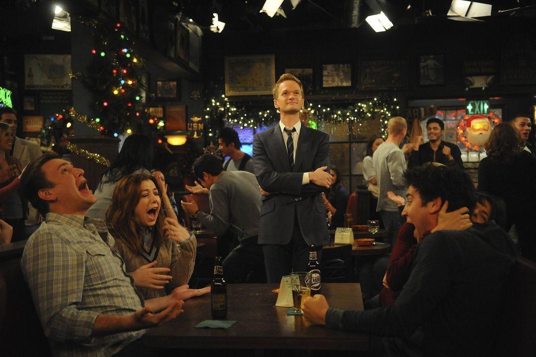 Weihnachten: Barney (Neil Patrick Harris, M.) entdeckt die Freude am Schenken, worüber Marshall (Jason Segel, l.) und Lily (Alyson Hannigan, 2.v.l.... - Bildquelle: 20th Century Fox International Television