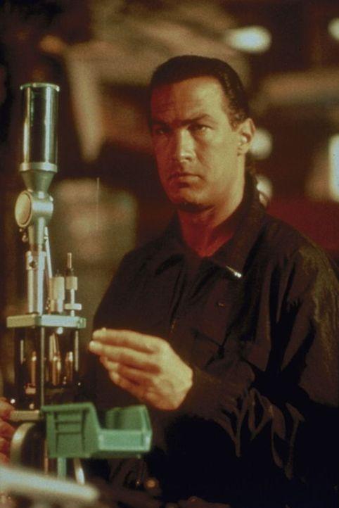 Drogenfahnder Hatcher (Steven Seagal) bei der Arbeit ... - Bildquelle: 1990 Twentieth Century Fox Film Corporation.