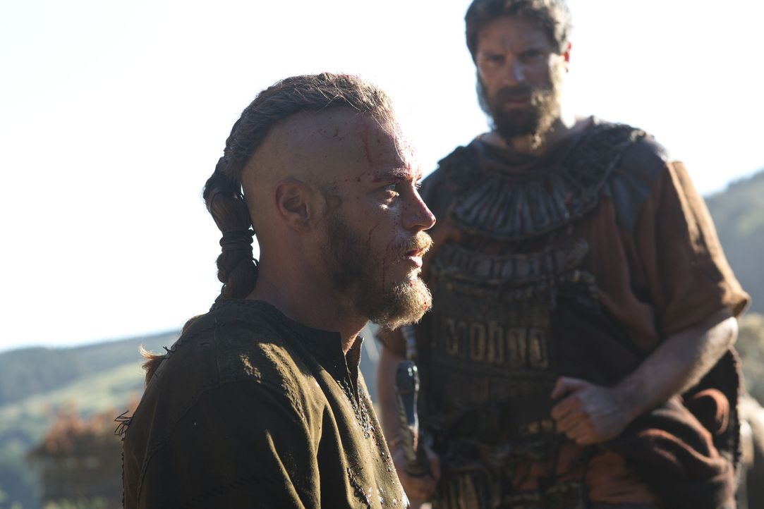 Kann dem Tod gerade noch von der Schippe springen: Ragnar (Travis Fimmel, l.) ... - Bildquelle: 2013 TM TELEVISION PRODUCTIONS LIMITED/T5 VIKINGS PRODUCTIONS INC. ALL RIGHTS RESERVED.