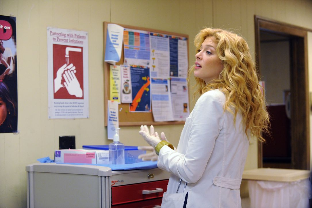 "Ein Teenager mit verschiedenen Blutergüssen kommt in die ""Clinica"" zu Dr. Kate Sykora (Rachelle LeFevre). Er gibt an, sich beim Skateboarden verlet... - Bildquelle: 2011 CBS BROADCASTING INC. ALL RIGHTS RESERVED"