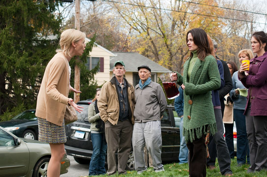 Beth (Elizabeth Reaser, r.), die aus Mitleid Mavis (Charlize Theron, l.) zur Tauffeier ihrer Tochter eingeladen hat, kann nicht glauben, was die ein... - Bildquelle: Phillip Caruso 2011 Paramount Pictures and Mercury Productions, LLC. All Rights Reserved.