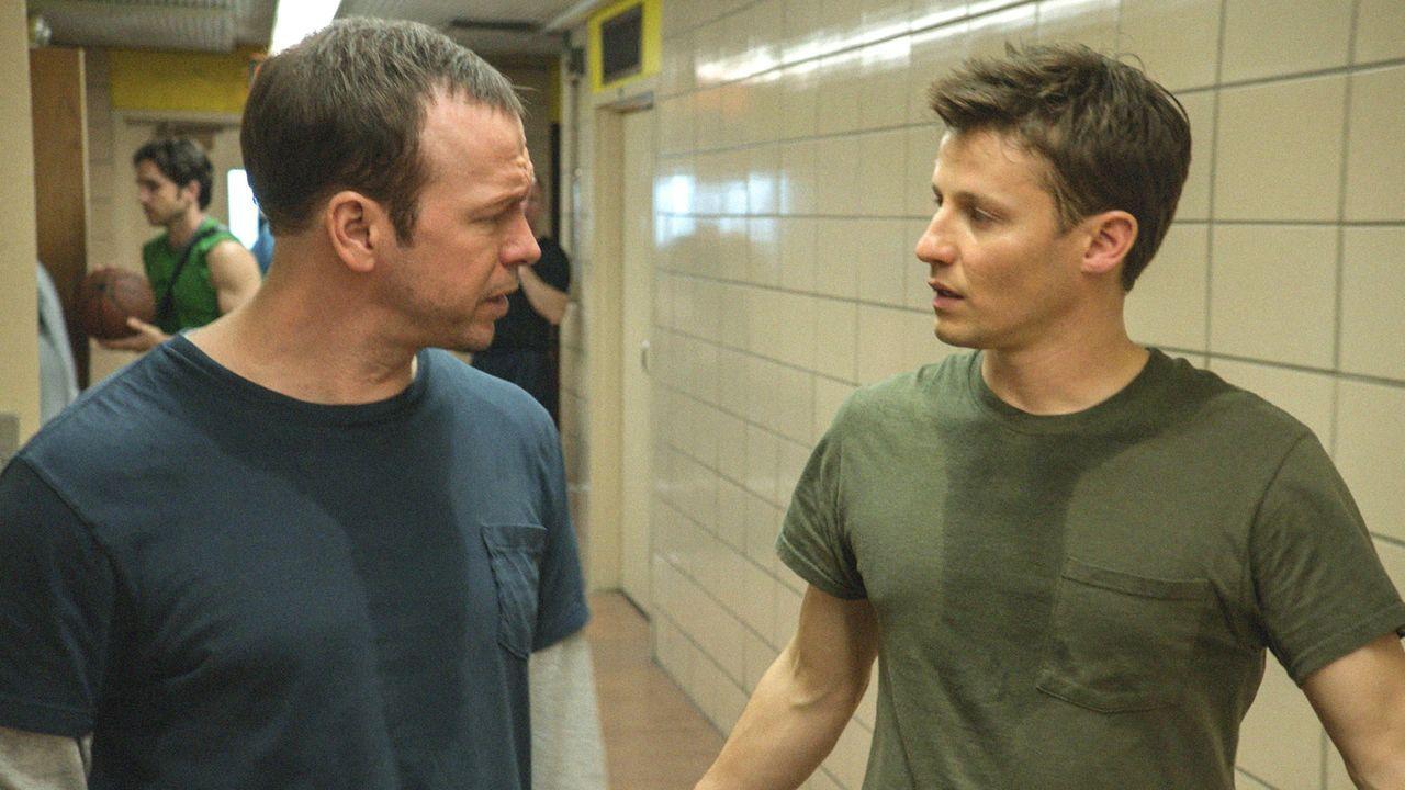 Noch ahnen Jamie (Will Estes, r.) und Danny (Donnie Wahlberg, l.) nicht, wohin der kleine Streit ihrer Teamkollegen führt ... - Bildquelle: 2013 CBS Broadcasting Inc. All Rights Reserved.