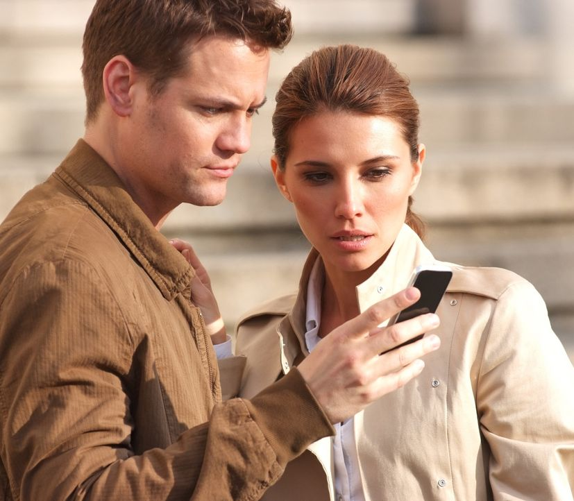 Erst spät erkennen Max (Shane West, l.) und Kamila (Tamara Feldman, r.), dass der Absender der Handy-Nachrichten in der höchsten FBI Etage zu find... - Bildquelle: MOBICOM HOLDINGS, S.A.