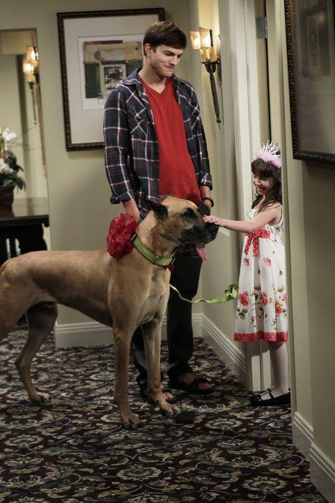 Ava (Talyan Wright, r.), Zoeys kleine Tochter, lädt Walden (Ashton Kutcher, l.)  zu ihrem Kindergeburtstag ein. Da er kein passendes Geschenk für si... - Bildquelle: Warner Brothers Entertainment Inc.
