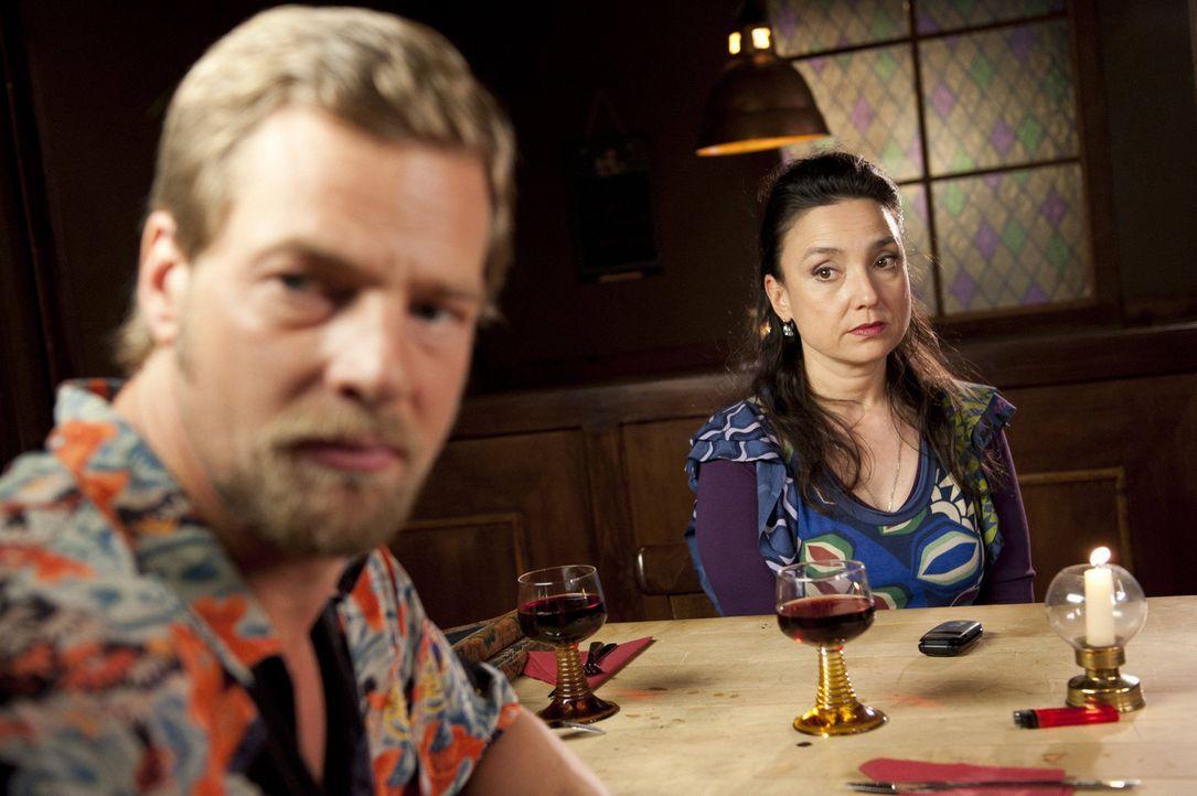 Als Tanja und Mick (Henning Baum, l.) nach dem Anschlag ihren ersten gemeinsamen Abend bei Uschi (Tatjana Clasing, r.) verbringen möchten, funkt wi... - Bildquelle: SAT.1
