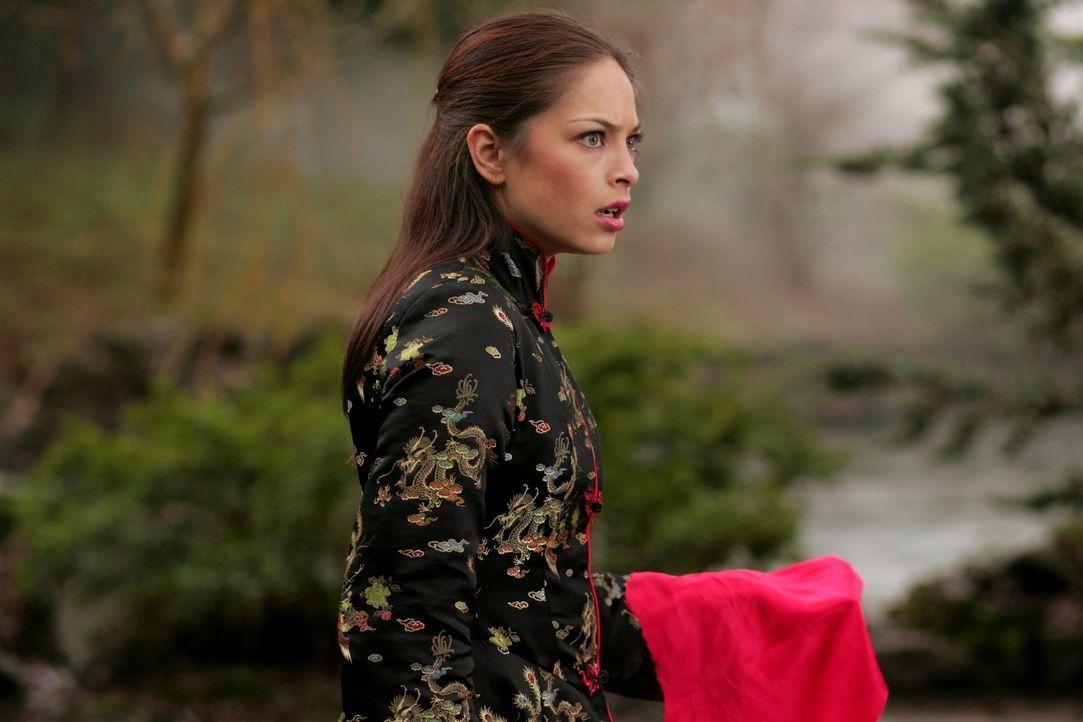 Isabelle bemächtigt sich Lanas (Kristin Kreuk) Körper, um die wertvollen Steine an sich zu nehmen ... - Bildquelle: Warner Bros.