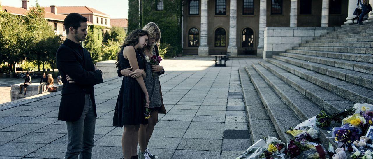Laura (Alycia Debnam-Carey, M.) trauert mit ihren Freunden Olivia (Brit Morgan, r.) und Kobe (Connor Paolo, l.) um ihren Kommilitonen und Freund Gus... - Bildquelle: Joe Alblas Wiedemann & Berg Film / Joe Alblas