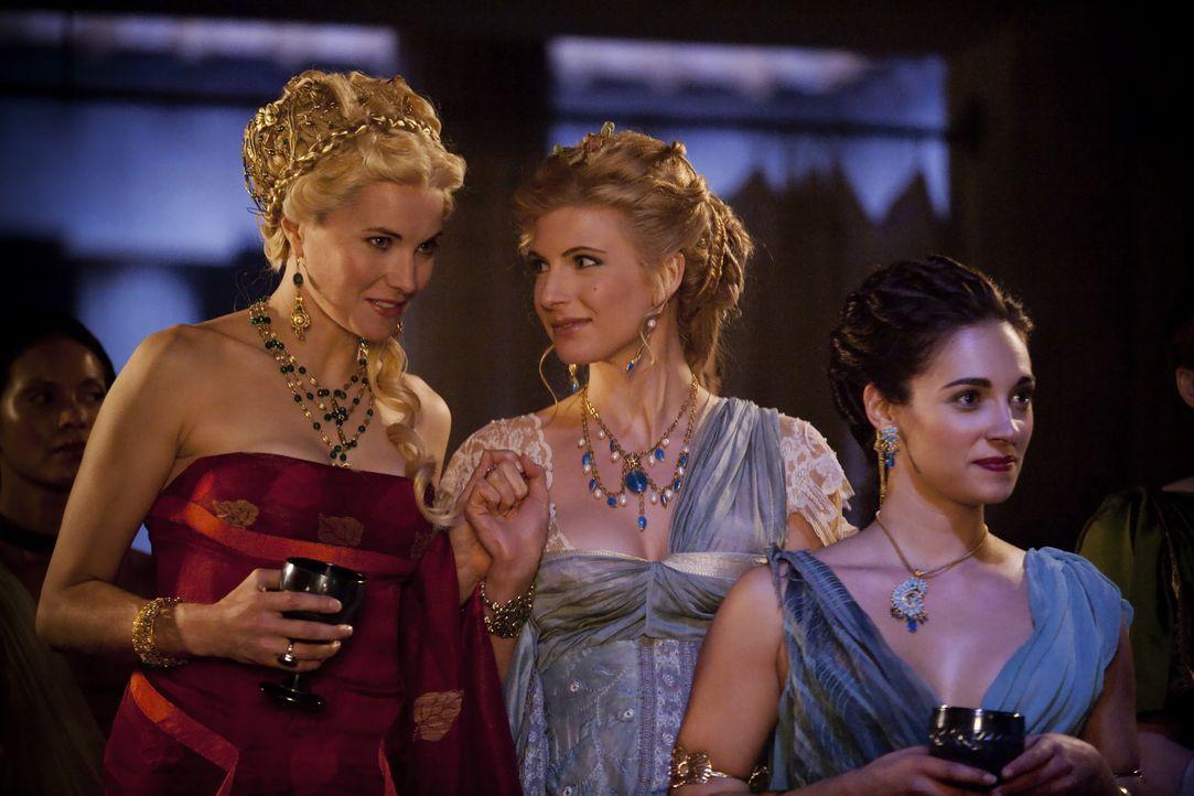 Am Vorabend des Festes gibt Batiatus einen Empfang, auf dem er seine Gladiatoren vorstellt. Lucretia (Lucy Lawless, l.), Ilithyia (Viva Bianca, M.)... - Bildquelle: 2010 Starz Entertainment, LLC