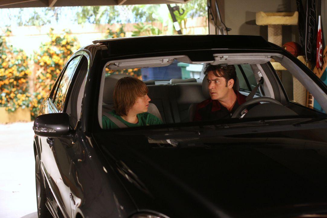 Jake (Angus T. Jones, l.) schreckt nicht vor einer Erpressung gegenüber Charlie (Charlie Sheen, r.) zurück, um ihn als Beifahrer für seinen Lernführ... - Bildquelle: Warner Brothers Entertainment Inc.
