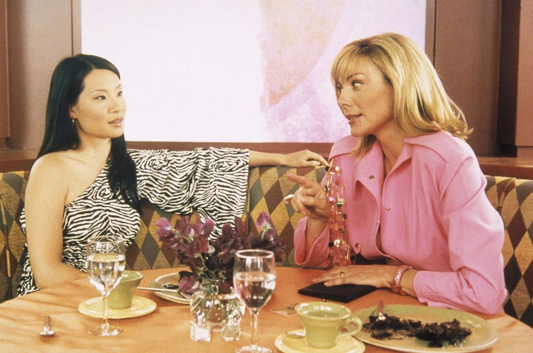 Da es Sam (Kim Cattrall, r.) gelungen ist, den Film- und Fernsehstar Lucy Liu (Lucy Liu, l.) als Klientin zu gewinnen, sieht sie nichts Verwerfliche... - Bildquelle: Paramount Pictures