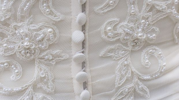Ein wichtiges Detail an einem Brautkleid: die Knöpfe. Aber wie bekommt man di...