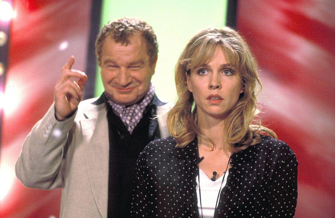 Höchst ungern lässt sich Louisa (Claudia Messner, r.) vom Moderator (Michael Hanemann, l.) zur Siegerin und Gewinnerin eines Wochenendes mit dem erf... - Bildquelle: Rolf von der Heydt ProSieben