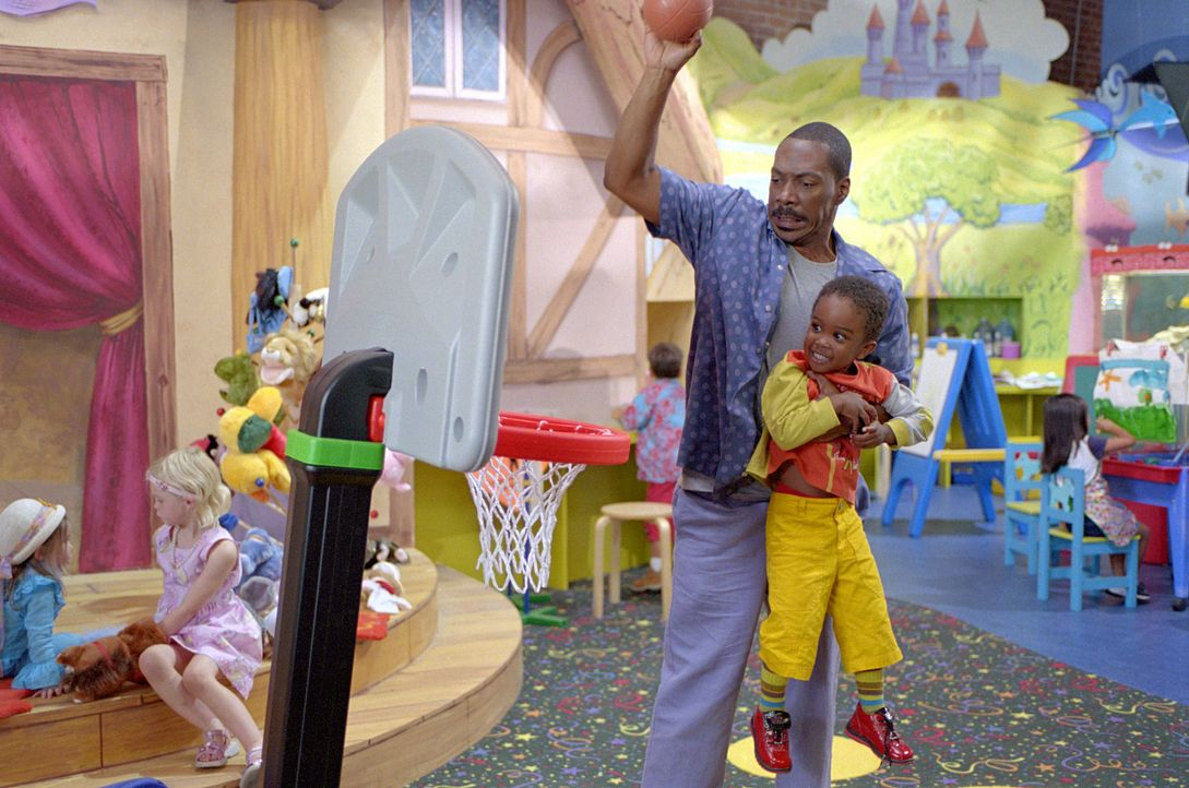 Bei Charlie (Eddie Murphy, vorne l.) dürfen die Kinder, Kinder sein ... - Bildquelle: 2004 Sony Pictures Television International. All Rights Reserved.
