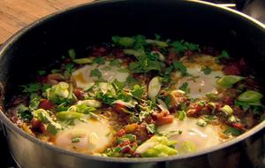 Die leckeren Eier auf tunesische Art mit Tomaten, Paprika und Zwiebeln sind e...