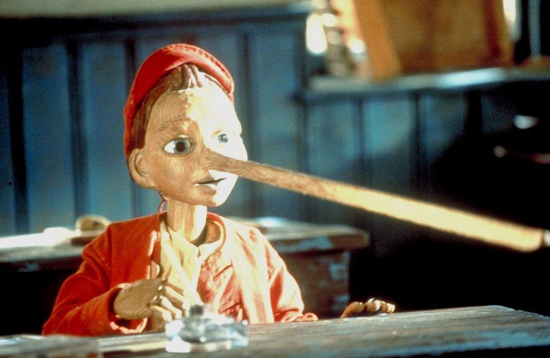 Schockiert muss Pinocchio feststellen, dass seine Nase bis zu fünf Metern Länge wächst, wenn er Unwahrheiten sagt. Nichtsdestotrotz lügt er weit... - Bildquelle: Warner Bros.
