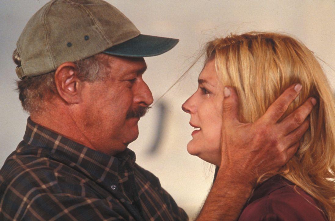 Ein verzweifelter Kampf gegen tödliche Naturgewalten nimmt seinen Lauf: Jake (Gerald McRaney, r.) und Dee (Thea Gill, l.) ... - Bildquelle: Regent Entertainment