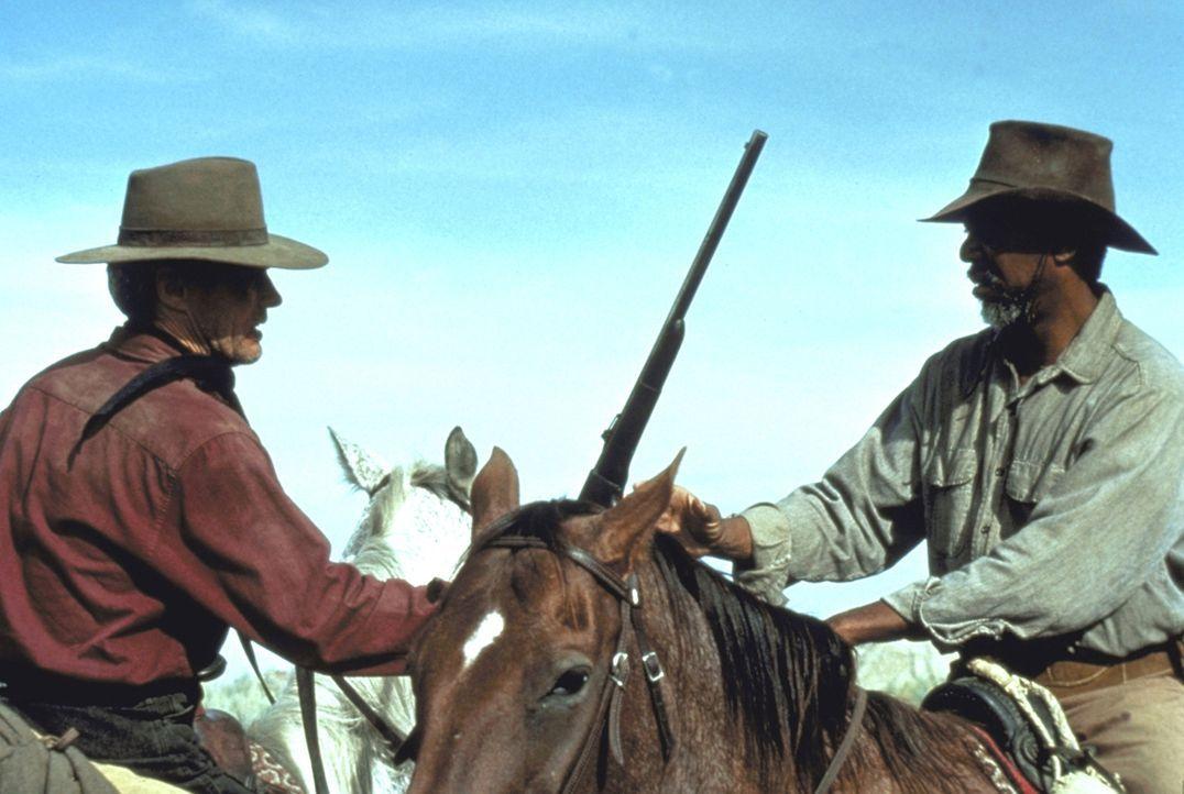 Noch einmal geht der frühere Revolverheld Bill Munny (Clint Eastwood, l.), zusammen mit seinem Freund Ned Logan (Morgan Freeman, r.), auf die Jagd... - Bildquelle: Warner Bros.