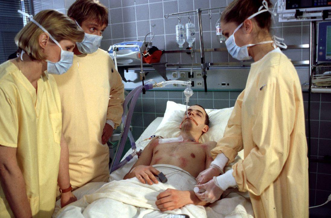 Stefan Spengler (Fabian Pauly, 2.v.r.) hat sich mit einer lebensgefährlichen Hirnhautentzündung angesteckt. Es steht sehr schlecht um ihn. Dr. Kamin... - Bildquelle: Kurby Sat.1