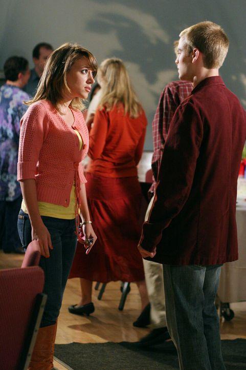 Rose überlässt der schwangeren Sandy (Haylie Duff, l.) ihr Apartment und zieht bei Simon (David Gallagher, r.) ein, was diesem wiederrum so gar nich... - Bildquelle: The WB Television Network