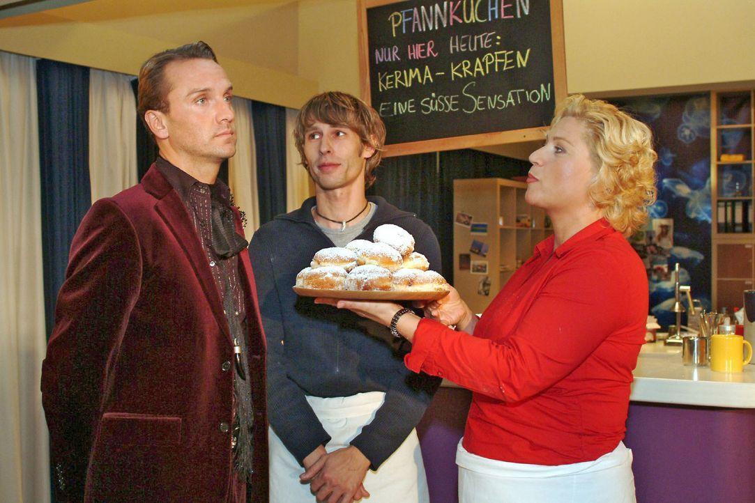 Auch Hugo (Hubertus Regout, l.) lehnt die leckeren Pfannkuchen, die Agnes (Susanne Szell, r.) ihm anbietet, ab. Boris (Matthias Rott, M.) und Agnes... - Bildquelle: Monika Schürle Sat.1