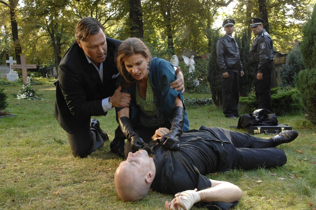 Natascha (Franziska Matthus, l.) ist verzweifelt, als Gerrit (Lars Löllmann, r.) stirbt, ohne ihr verraten zu haben, wo er Anna und Jonas gefangen... - Bildquelle: SAT.1