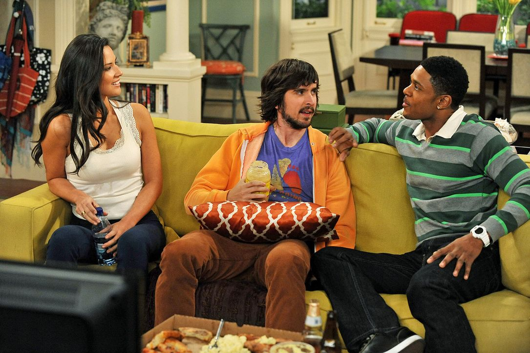 Nicole (Olivia Munn, l.) gibt Ryan (Pooch Hall, r.) und Davis (Nicolas Wright, M.) zu verstehen, dass sie an einem flotten Dreier interessiert wäre... - Bildquelle: 2009 CBS Broadcasting Inc. All Rights Reserved