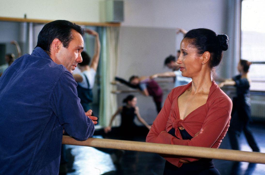 Kopper (Hannes Jaenicke, l.) versucht in Erfahrung zu bringen, welche Rolle Tamara Tyler (Karin Boyd, r.), die Witwe des Juweliers  spielt. - Bildquelle: Pausch