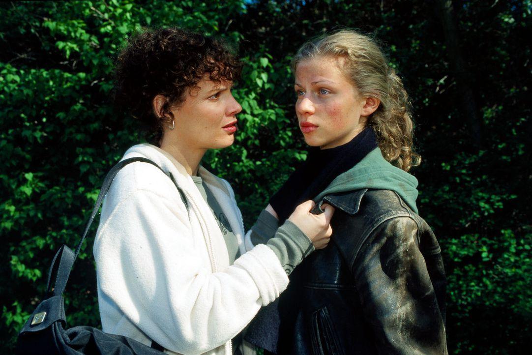 Stefanny (Julia Hentschel, l.) versucht die 17-jährige Judy (Grete Götze, r.) davon zu überzeugen, dass sie unbedingt die Wahrheit erzählen muss, um... - Bildquelle: Noreen Flynn Sat.1