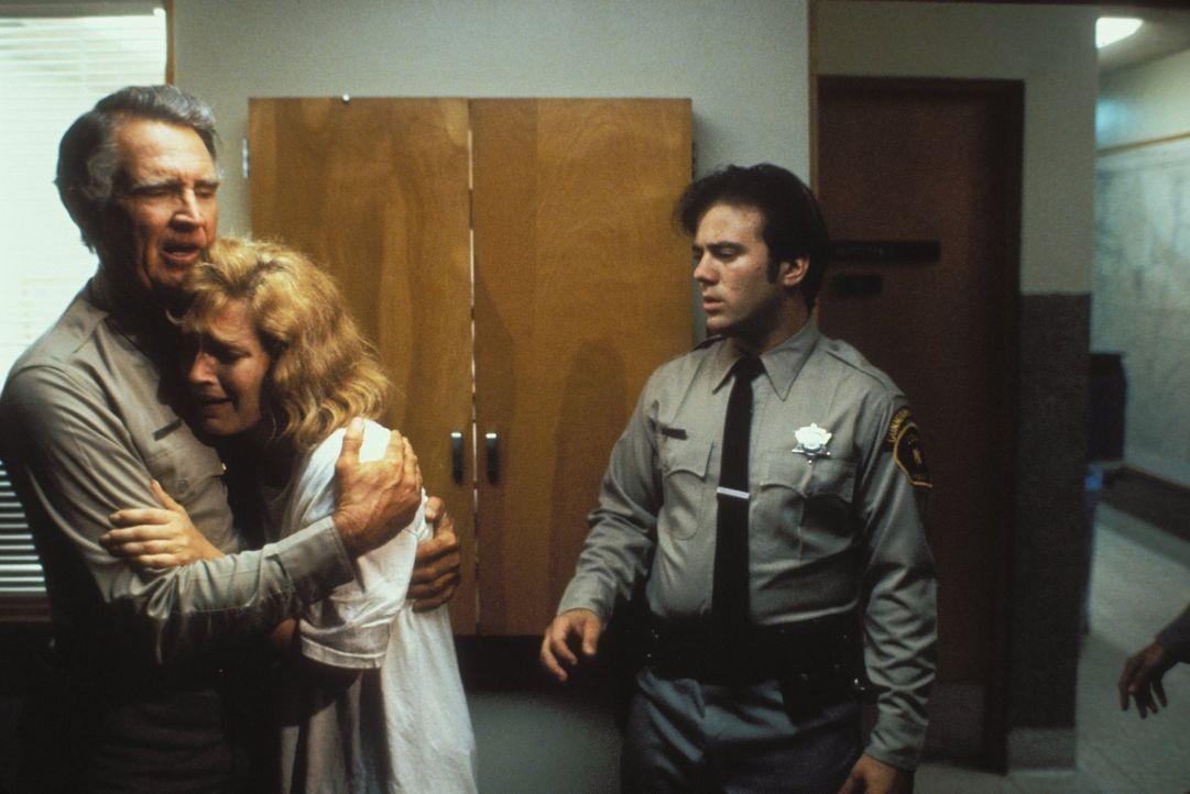 Sheriff Ed Landis (Billy Green Bush, l.) tröstet die völlig verstörte Jessica Kimble (Kari Keegan). - Bildquelle: Warner Bros.