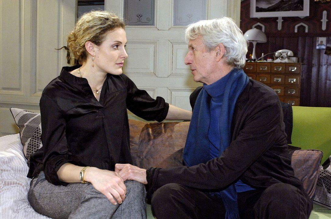 Robert (Mathieu Carrière, r.) erfährt von Maja (Barbara Lanz, l.), dass das Kind nicht von ihm ist ... - Bildquelle: Oliver Ziebe Sat.1