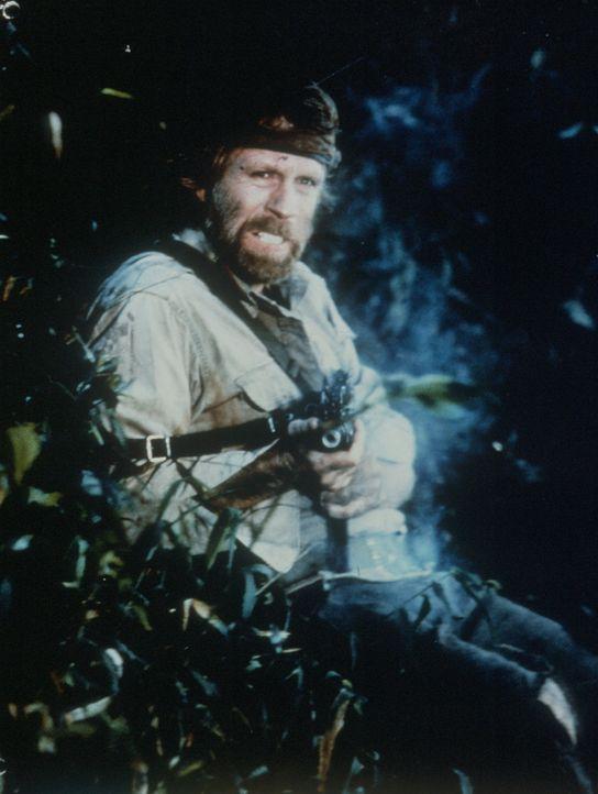 Colonel Braddock (Chuck Norris) kämpft mit aller Kraft gegen die Wachen des Gefangenenlagers ... - Bildquelle: Cannon Films