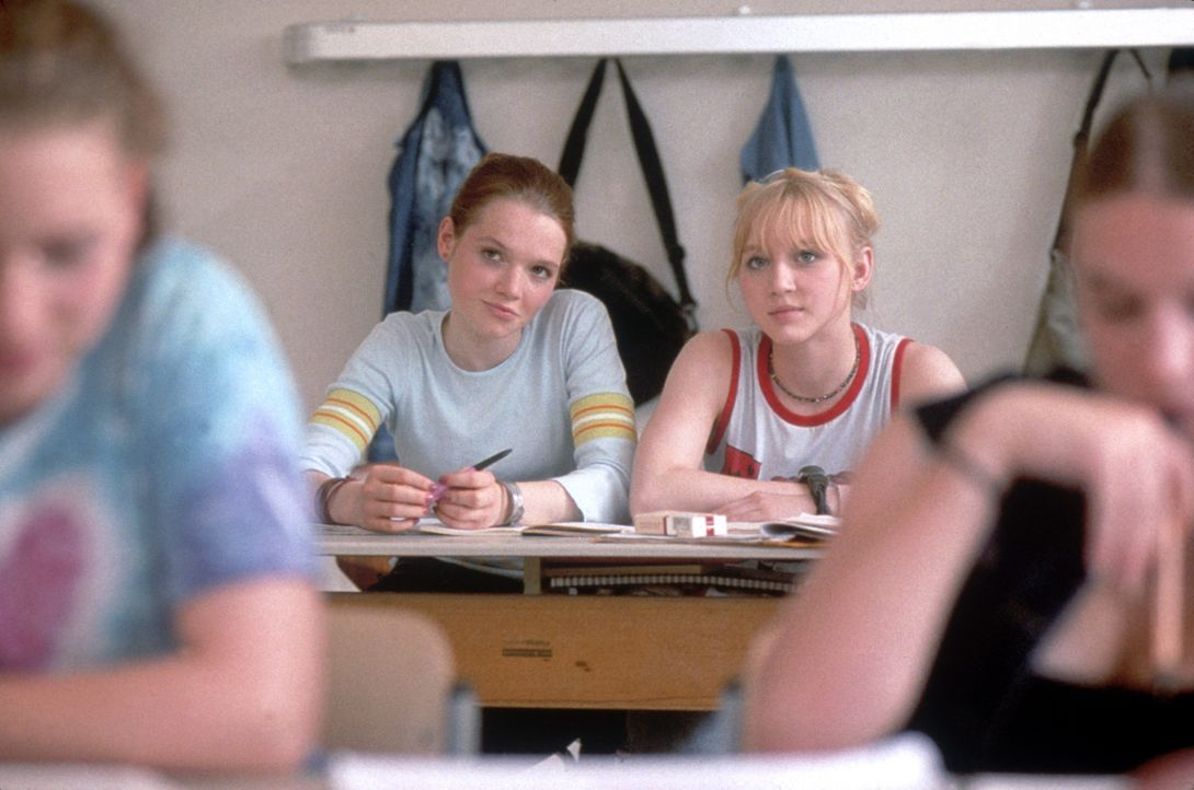 Seit ihrem sechsten Lebensjahr sind Kati (Anna Maria Mühe, r.) und Steffi (Karoline Herfurth, l.) unzertrennliche Freundinnen. 11 Jahre später ste... - Bildquelle: 2003 Sony Pictures Television International. All Rights Reserved.