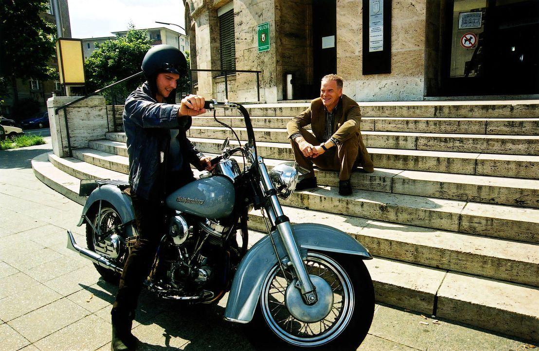 Tom (Steven Merting, l.) führt voller Stolz Wolff (Jürgen Heinrich, r.) seine neue Harley vor. - Bildquelle: Claudius Pflug Sat.1