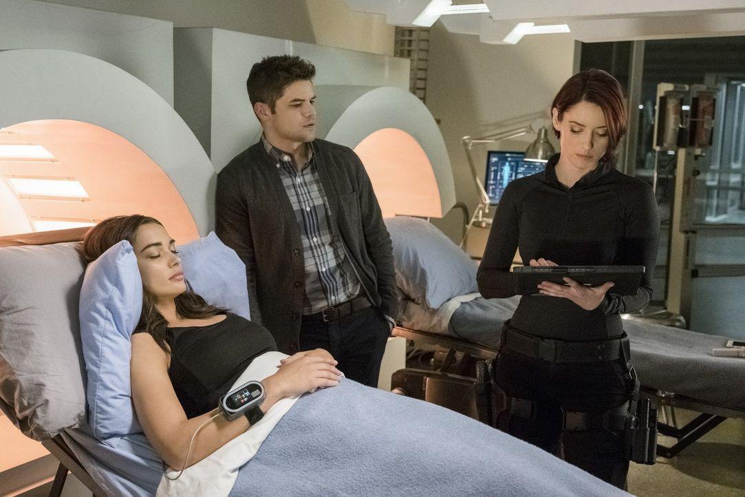 Winn (Jeremy Jordan, M.) und Alex (Chyler Leigh, r.) versuchen herauszufinden, wer Mon-Els Freundin Imra (Amy Jackson, l.) wirklich ist ... - Bildquelle: 2017 Warner Bros.