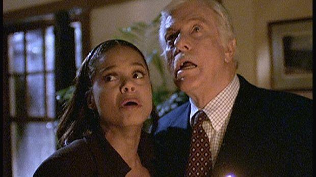 Amanda (Victoria Rowell, l.) und Mark (Dick Van Dyke, r.), die zu Besuch in d...