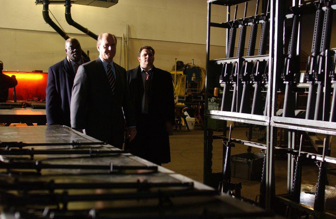 Um die Anzahl der im Umlauf befindlichen Handfeuerwaffen zu verringern, bietet die Stadt Philadelphia ein Paar Markenturnschuhe im Tausch gegen eine... - Bildquelle: Warner Bros. Television