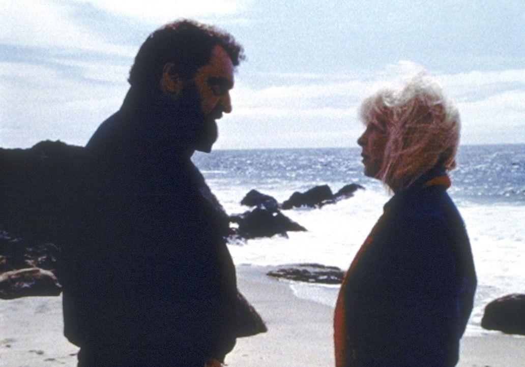 Mark (Victor French, l.) hat sich während der Dreharbeiten in seine Schauspielpartnerin Stella (Stella Stevens, r.) verliebt. - Bildquelle: Worldvision Enterprises, Inc.