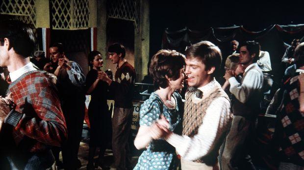 Gegen Olivias Willen nimmt John-Boy (Richard Thomas, r.) mit Daisy (Deirdre L...
