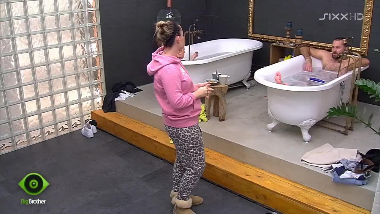 Im Badezimmer wird gelästert - Bildquelle: sixx