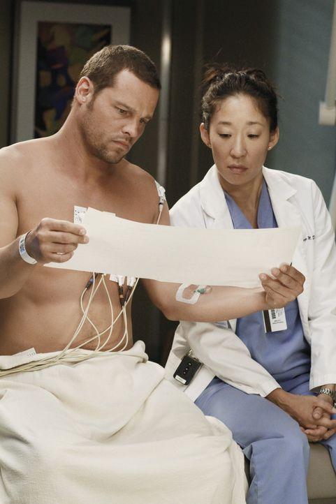 Währen Alex (Justin Chambers, l.) vom Rest der jungen Ärzte geschnitten und gemieden wird, weil er Merediths Eingriff in die klinische Studie ausg... - Bildquelle: ABC Studios