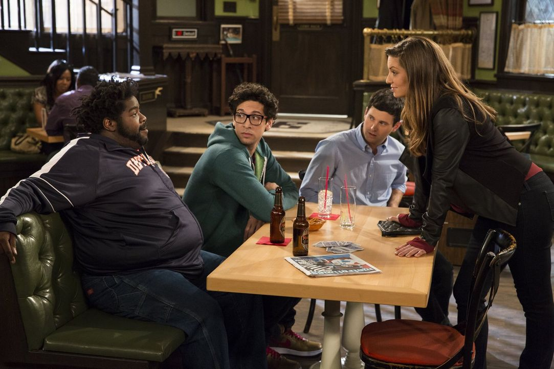 Julias, Leslies (Bianca Kajlich, r.) Ex-Mann, taucht in der Bar auf. Glücklicherweise halten Shelly (Ron Funches, l.), Burski (Rick Glassman, 2.v.l.... - Bildquelle: Warner Brothers