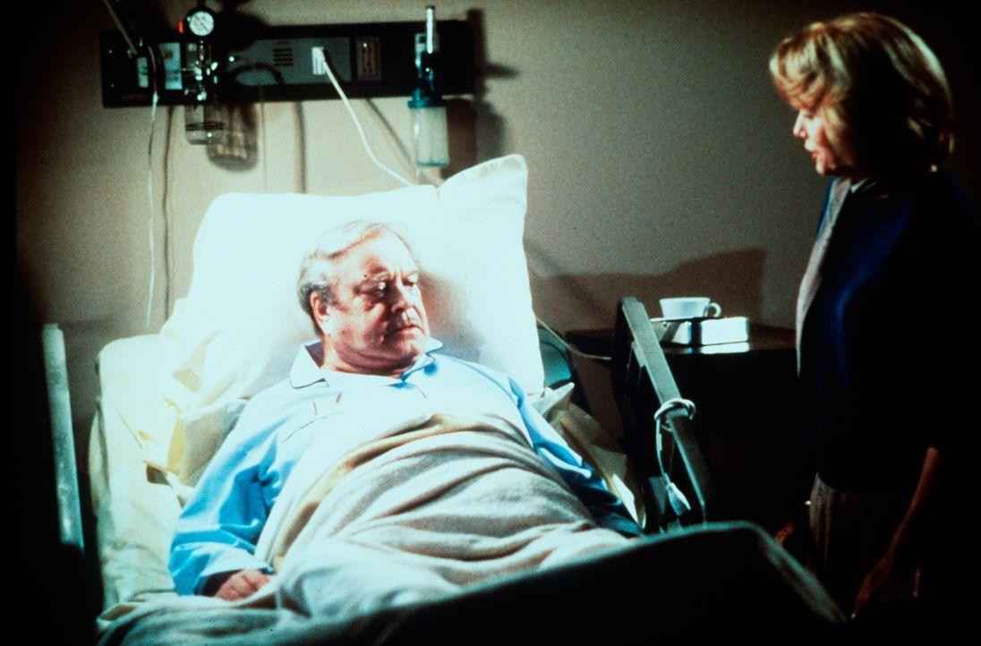 Am Krankenbett bekommt Max Basner (Jackie Gleason, l.) Besuch von seiner Ex-Frau Lorraine (Eva Marie Saint, r.), die ihn nach 34 Jahren Ehe verlasse... - Bildquelle: 1986 TriStar Pictures, Inc. All Rights Reserved.