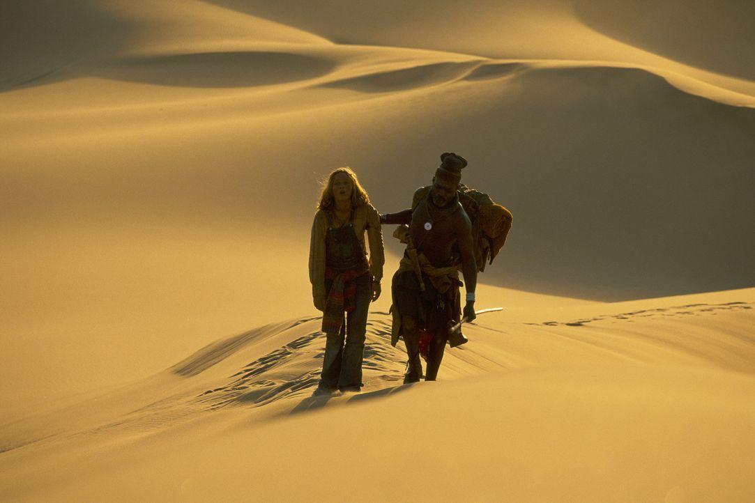 Wagen das Unmögliche: Grace (Camille Summers, l.) und Himba Kadjiro (Eriq Ebounaney, r.) durchqueren die namibische Wüste, um Gary zu retten ... - Bildquelle: Gaumont