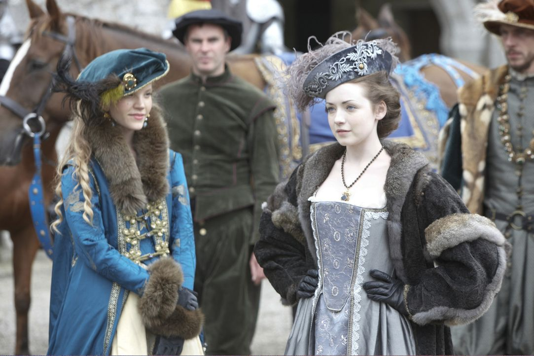 Voller Begierde für seine junge Königin (Tamzin Merchant, l.) überhäuft König Henry VIII. das Mädchen mit Geschenken und lässt sie bei Festen... - Bildquelle: 2010 TM Productions Limited/PA Tudors Inc. An Ireland-Canada Co-Production. All Rights Reserved.