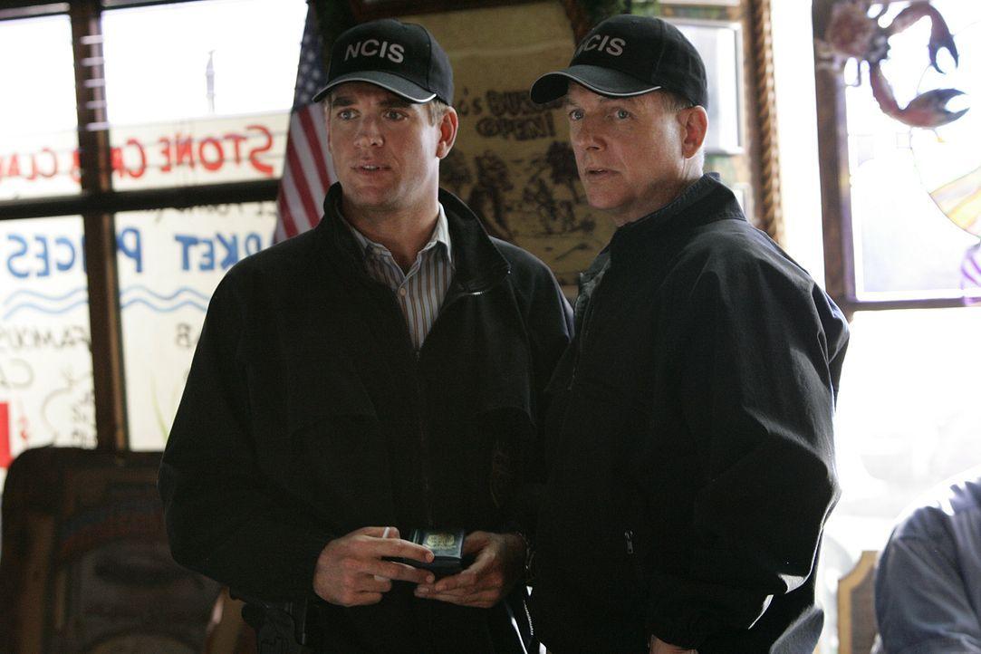 Kommen dem Rätsel langsam auf die Spur: Tony (Michael Weatherly, l.) und Gibbs (Mark Harmon, r.) ... - Bildquelle: CBS Television