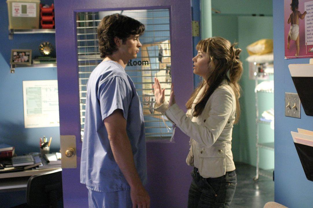 Nachdem Chloes Grab leer ist, macht sich ihre Cousine Lois (Erica Durance, r.) mit Clark (Tom Welling, l.) auf die Suche nach dem verschwunden Leich... - Bildquelle: Warner Bros.